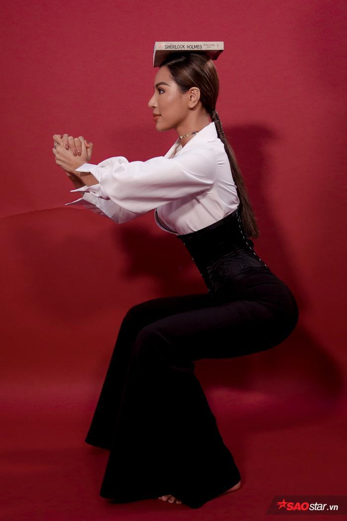 Khi khụy chân phải xuống từ từ, giữ lại trong vài giây và cảm nhận tác động của cơ.
