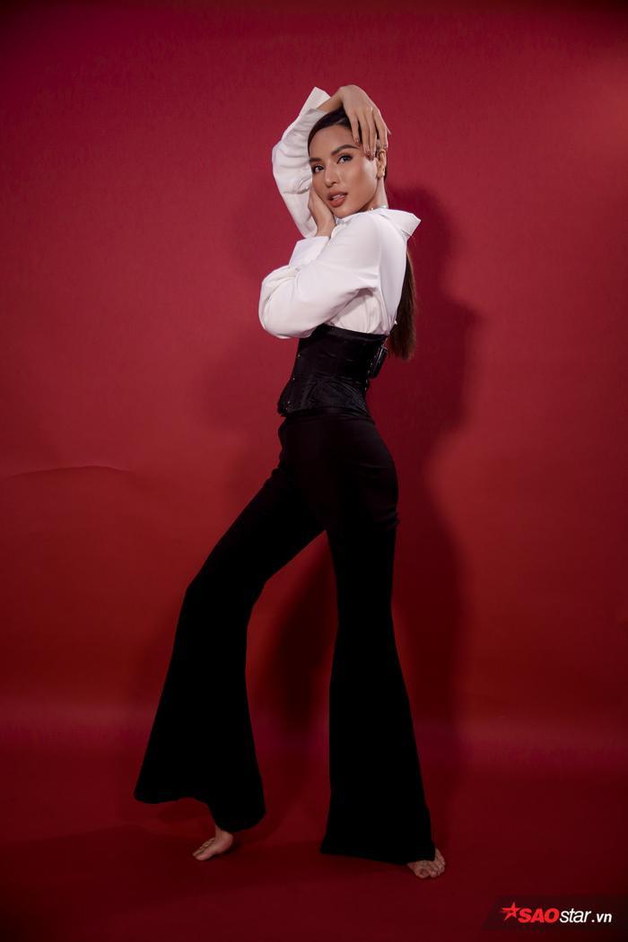 Ngoài ra, người đẹp còn khiến khán giả thích thú với thử thách tạo dáng trong vòng 30s. với kinh nghiệm lâu năm trong ngành mẫu, cô nàng khiến khán giả mắt chữ A miệng chữ 0 khi thực hiện loạt pose dáng cực kỳ chuyên nghiệp.