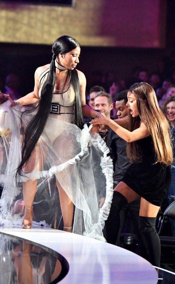 Khoảnh khắc Ariana Grande nâng váy cho bạn minh đi lên bục nhận giải.