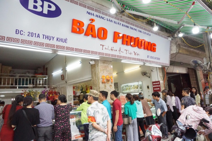 Tại tiệm bánh trung thu Bảo Phương cơ sở 2 cũng đông ngịt người đến xếp hàng mua.