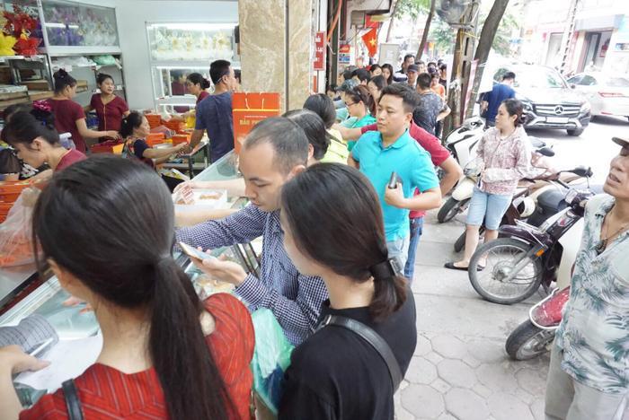 Làm không kịp hàng bán nên tiệm bánh trung thu Bảo Phương chỉ bán một loại bánh duy nhất là bánh trung thu cổ truyền.