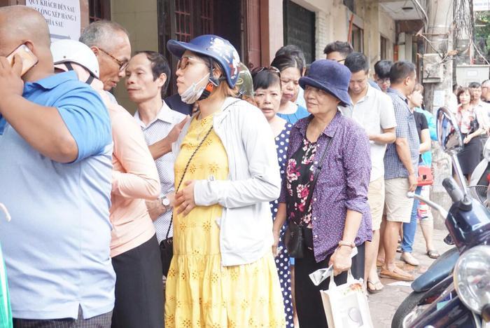Với người Hà Nội, mua được hộp bánh trung thu về thắp hương cúng gia tiên sau để mọi người trong gia đình quây quần bên nhau thưởng thức bên ly trà nóng đã thành thói quen. Trong số khách xếp hàng có cả những bà bầu.