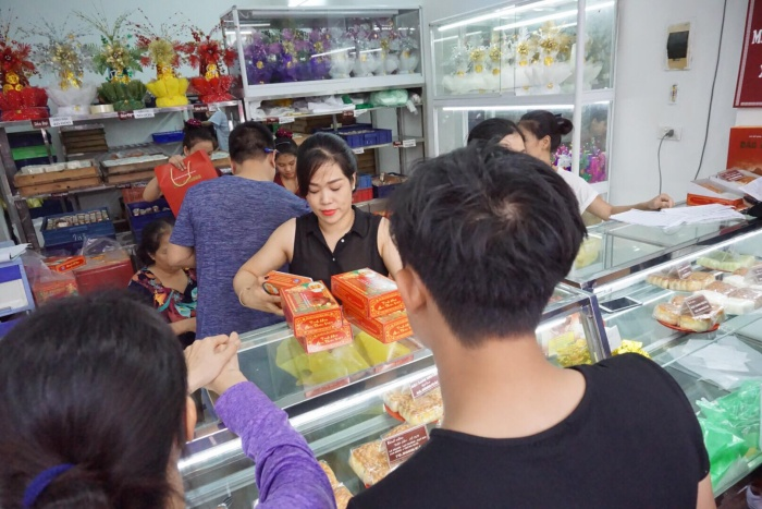 Là bánh Trung thu truyền thống nên chủ tiệm bánh Bảo Phương cho biết, tất cả các chất liệu đều đảm bảo, không chất bảo quản nên bánh chỉ để được vài ngày. Số lượng làm ra cũng chỉ đủ tiêu thụ trong một ngày.