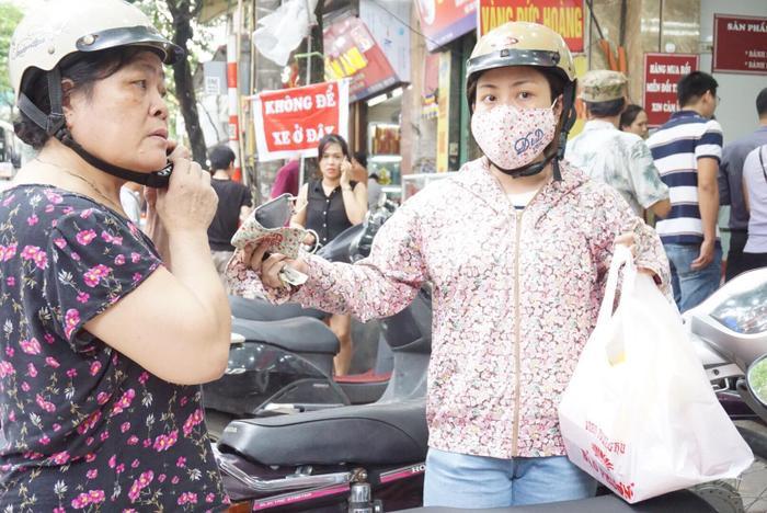 Cô Thanh (ở phường Khương Trung, quận Thanh Xuân) được con gái chở đến đây mua bánh trung thu. Sau một hồi lâu xếp hàng cô cũng mua được những hộp bánh cả gia đình thích mỗi dịp Trung thu cận kề.