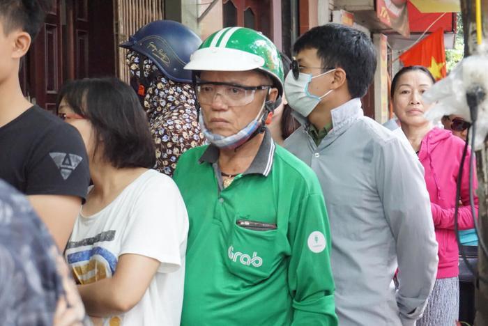 Ông Lê Văn Khiền (66 tuổi, lái xe Grab) cho biết, nhà ở tận quận Hoàng Mai, Hà Nội nhưng năm nào ông cũng đến đây xếp hàng chờ mua bánh trung thu Bảo Phương. Ông bảo đó là thói quen từ rất nhiều năm nay của mình.