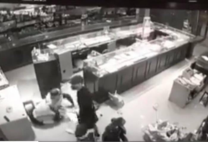 Hình ảnh các đối tượng xông vào tiệm vàng khống chế gia chủ được camera ghi lại.
