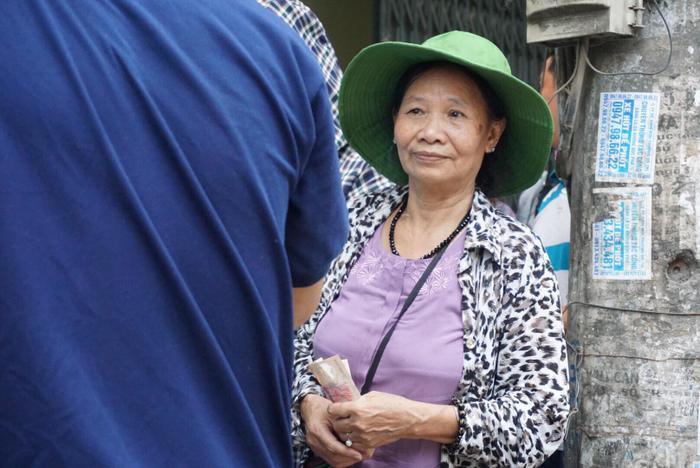 Bà Trần Thị Mùi xếp hàng chờ cả tiếng để mua được bánh trung thu.