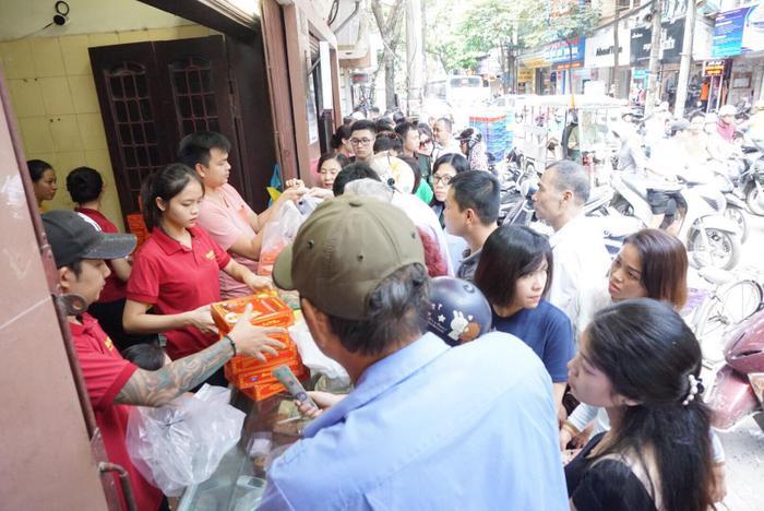 Hàng trăm người dân chờ xếp hàng mua bánh trung thu Bảo Phương.