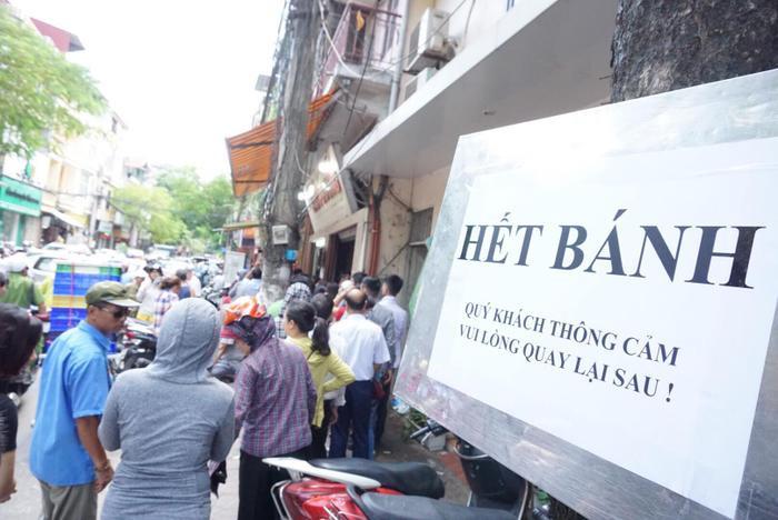 """Tiệm bánh liên tục treo biển """"Hết bánh"""" do nhu cầu người dân quá lớn, làm không đủ bán."""