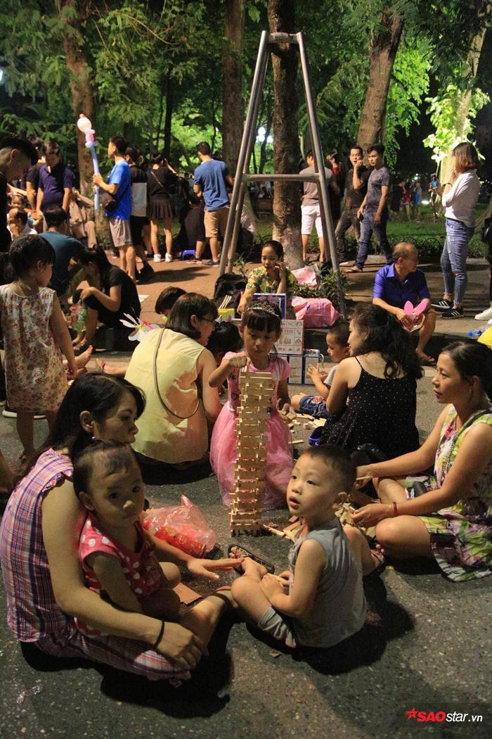 Tuy nhiên, thời tiết ở Hà Nội khá nóng bức khiến trẻ con mệt mỏi, các phụ huynh phải cho các bé nghỉ ngơi giữa đường.