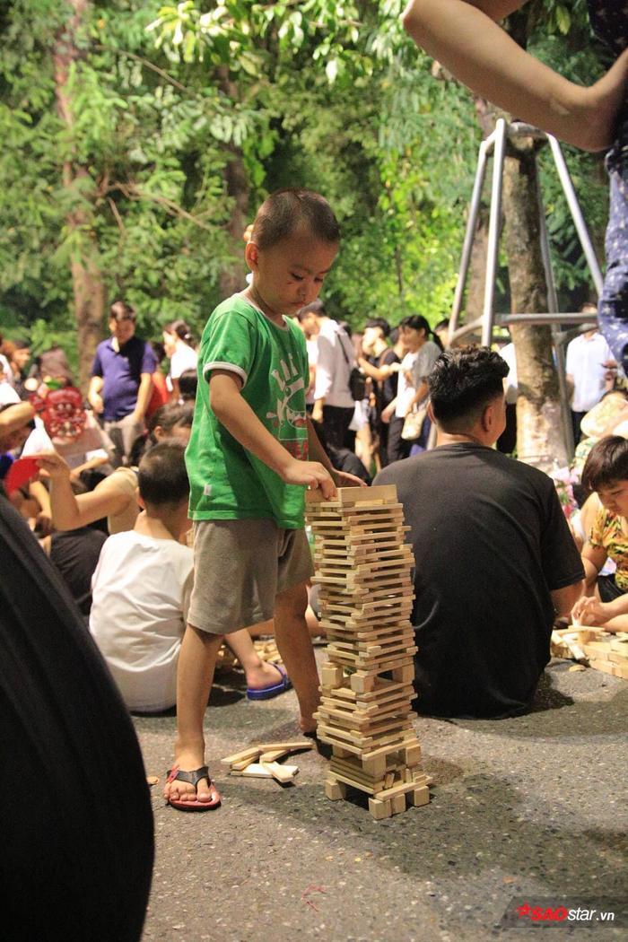 Các em nhỏ tham gia trò chơi dân gian.