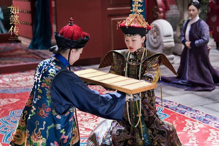 Nhận kim sách bằng vàng có sáu trang từ nữ quan, một trong những nghi thức đầu tiên trong việc sách lập Tân hậu.