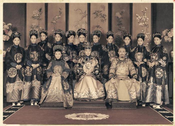 Hậu cung của Càn Long thời kì sau, lúc này Như Ý đã làm Hoàng hậu. Cả hậu cung đều đang mặc cát phục, đầu đội điền tử quan.