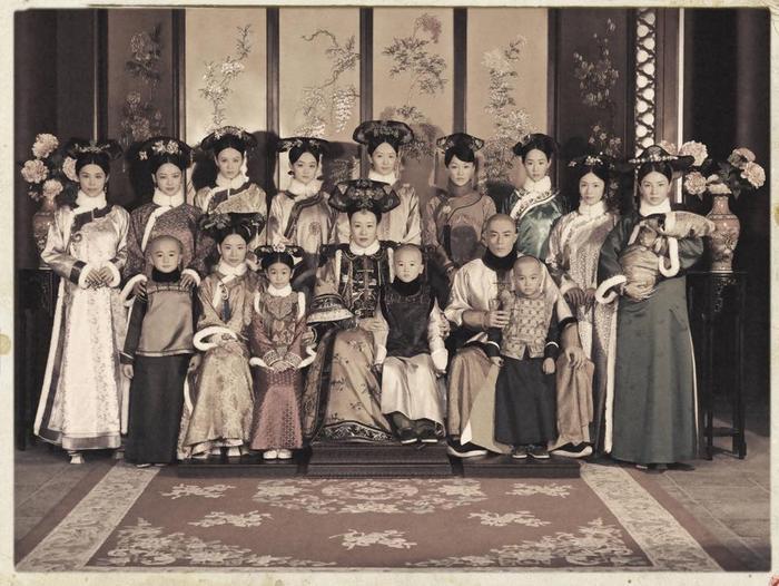 Dàn hậu cung Càn Long thời kì đầu, khi Phú Sát Lang Hoa vẫn còn sống.