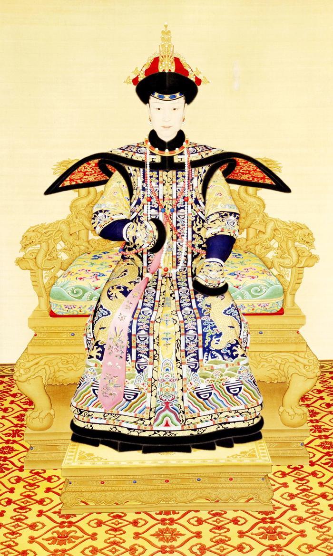 Hiếu Hiền Thuần Hoàng hậu Phú Sát thị trong triều phục mùa đông, chuỗi triều châu sử dụng là đông châu có màu trắng.