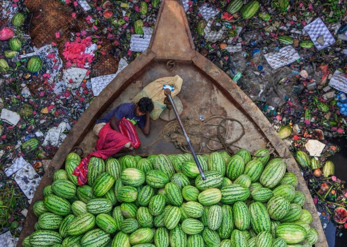 Hình ảnh đầy đau lòng ghi lại cảnh ô nhiễm nặng tại sông Burigongga, Dhaka, Bangladesh.