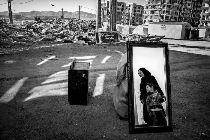 Younes Khani Someeh Soflaei ghi lại hình ảnh đầy đắt giá khi hai mẹ con đứng bên cạnh các vật phẩm hư hỏng của họ ở Sarpol-e Zahab, sau trận động đất tàn phá tấn công khu vực vào năm 2017.