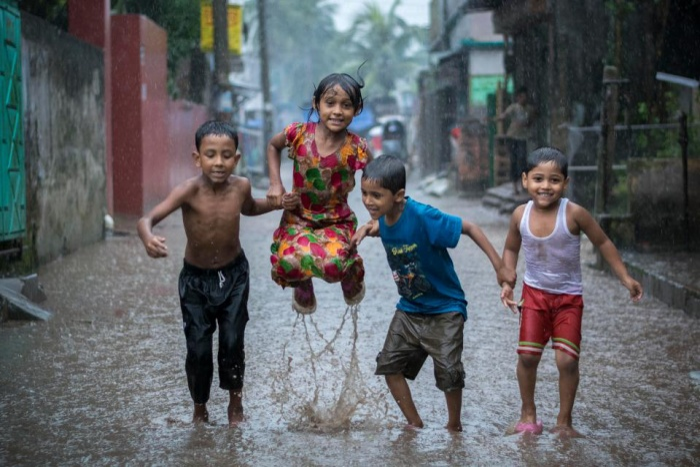 Lũ trẻ chơi đùa trên con phố ngập lụt nước cống bẩn. Bức ảnh thuộc về nhiếp ảnh giaFardin Oyan, giúp anh đạt danh hiệu nhiếp ảnh gia môi trường trẻ của năm.