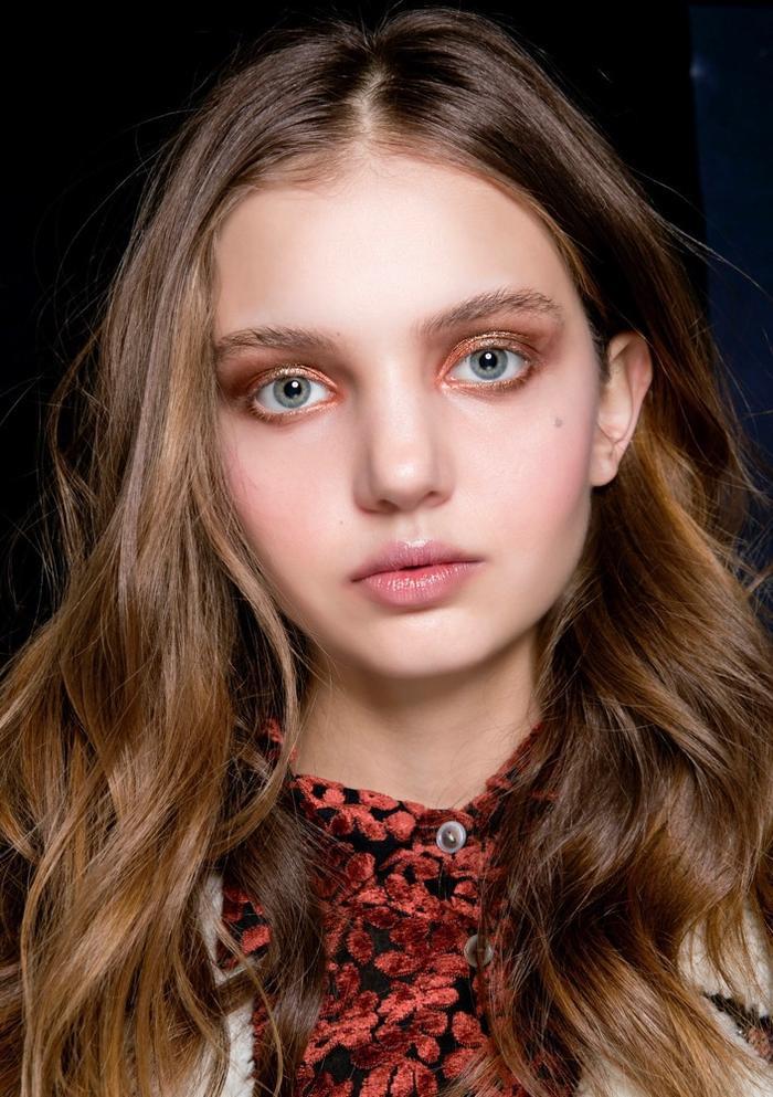 Phấn mắt cam với nhũ đồng đang thống lĩnh các sàn diễn thời trang.