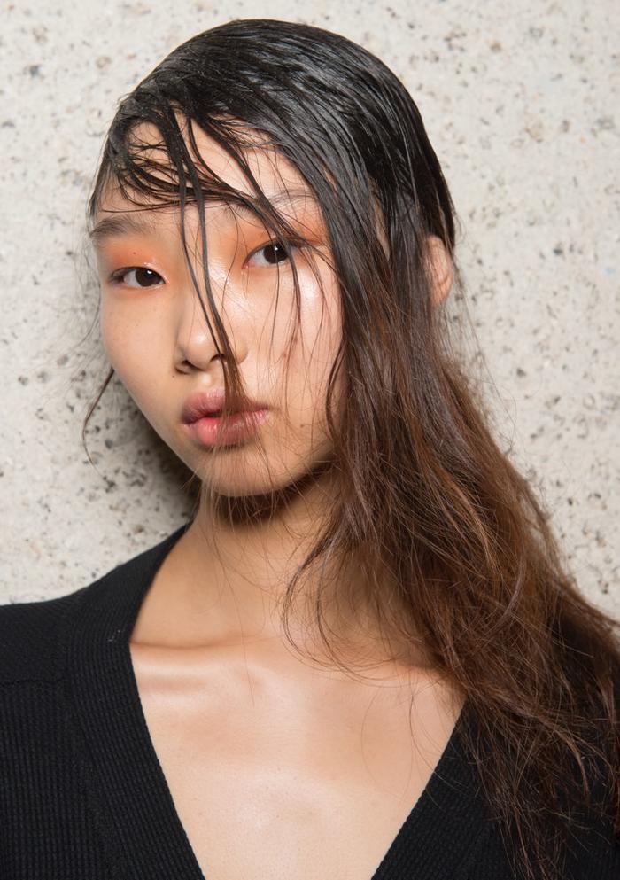 Một cách phối tông cam với tóc ướt đem đến vẻ đẹp ma mị.