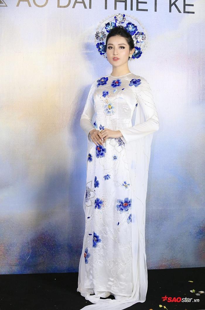 Bộ áo dài của Á hậu Huyền My mang hơi hướng hiện đại, trẻ trung và có những điểm nhấn đặc biệt bằng hoạ tiết hoa đính đá cao cấp