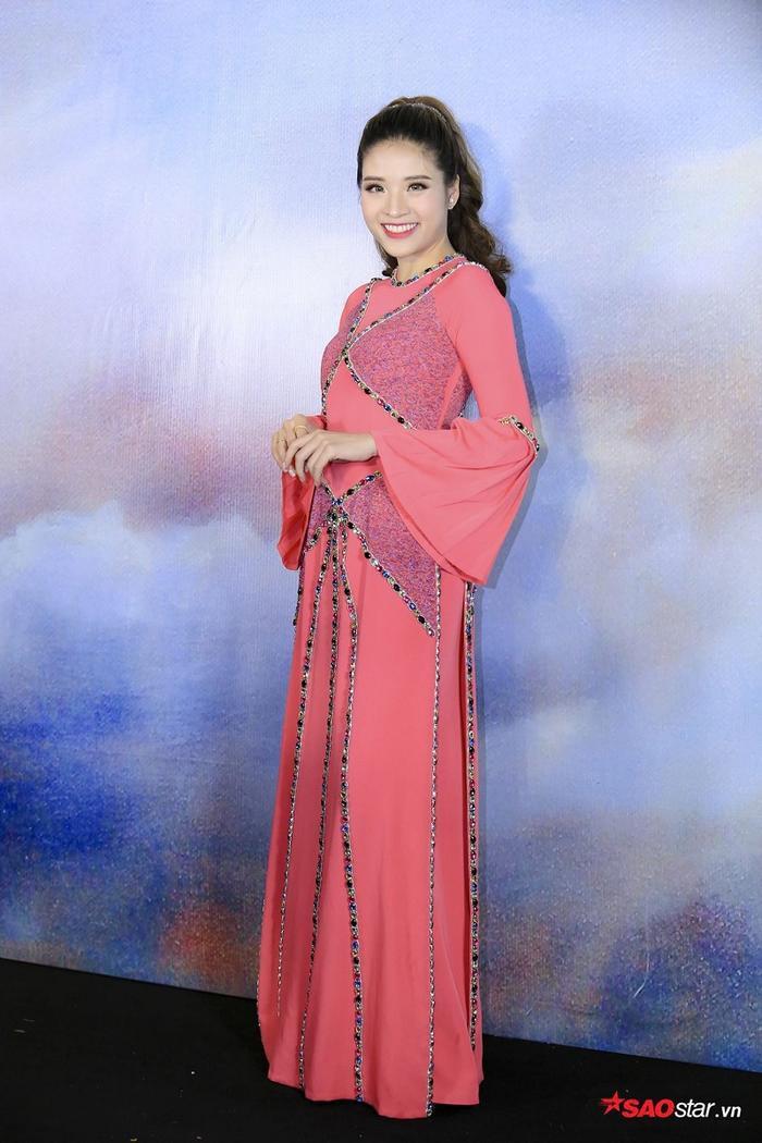 Hoa hậu Đông Nam Á Phan Hoàng Thu xinh đẹp trong bộ áo dài màu hồng pastel