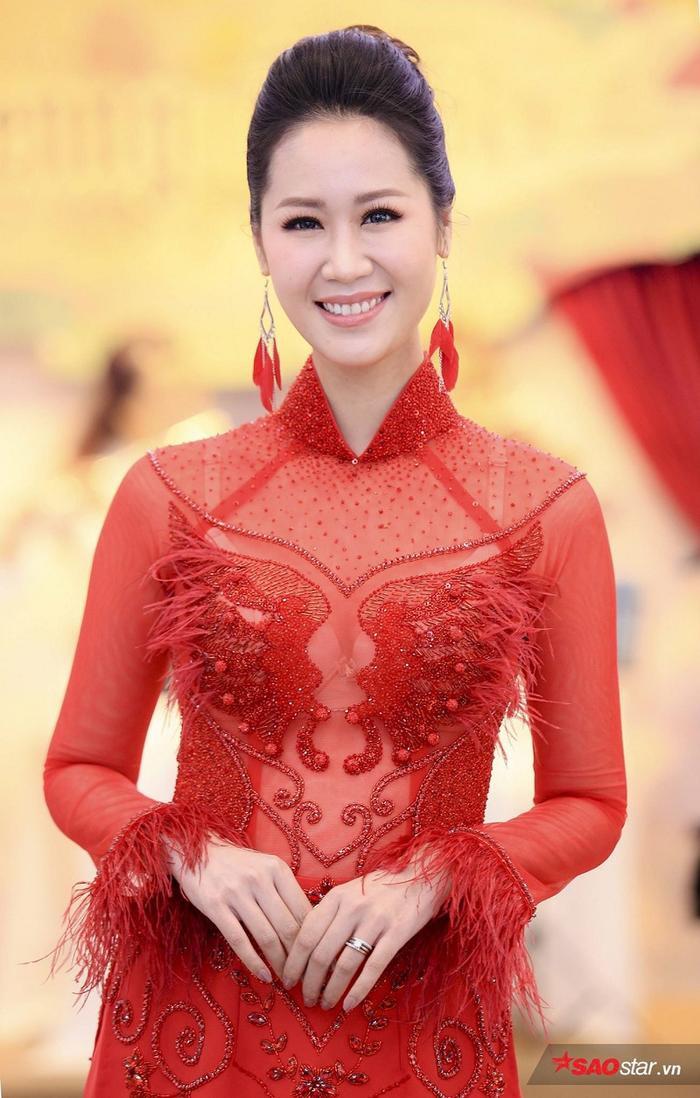 Hoa hậu Dương Thuỳ Linh đỏ rực tại sự kiện