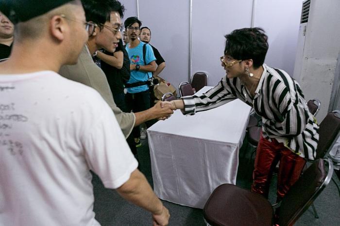 Cả hai dành cho nhau cái bắt tay tình cảm và Sơn Tùng không quên cúi đầu chào nghệ sĩ lớn như Bi Rain.