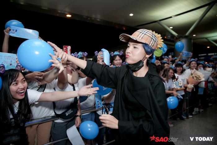 Lại còn chu môi đáng yêu đến như thế này khi nhận quả bóng xanh từ người hâm mộ.