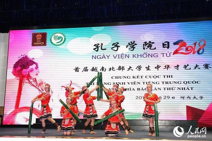 Múa truyền thống của người dân tộc thiểu số Hà Nhì (Trung Quốc) của Đại học Thái Nguyên đã giành giải Nhất trong cuộc thi. Ảnh: People.cn/ Lưu Cương