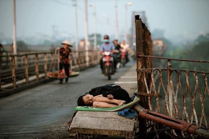 Cậu bé tầm 7-8 tuổi nằm bất động trên cầu Long Biên. Ảnh: Khôi Minh