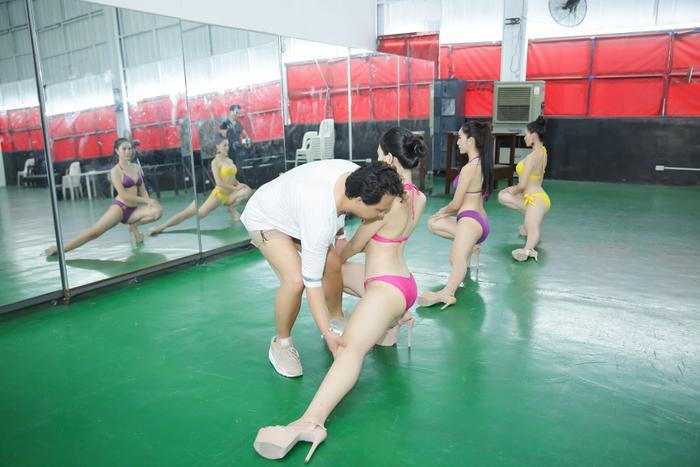 Những bài tập bẻ dáng, duỗi cơ giúp các người đẹp giải phóng hình thể.