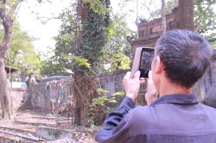 Cây sưa đỏ này từng được một đại gia trả giá lên đến 100 tỷ đồng.Theo dân làng Phụ Chính, cây sưa đỏ đến nay khoảng hơn 100 tuổi, thuộc dạng quý hiếm.