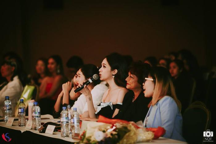 Hoa hậu Hương Giang có mặt trên hàng ghế giám khảo, đặt ra những câu hỏi ứng xử cho các thí sinh