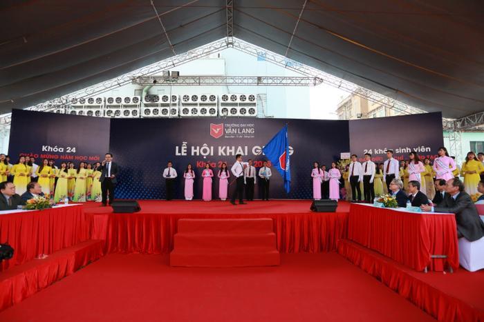 Buổi lễ khai giảng được diễn ra trong không khí long trọng, Hợp ca Văn Lang Đại học đường và nghi thức trao cờ truyền thống của sinh viên năm 2 trao cho sinh viên năm nhất
