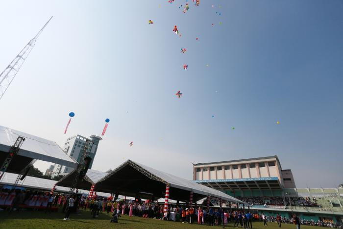 Sinh viên Văn Lang cùng nhau thả bóng bay đầu năm học với nhiều mong ước, hi vọng