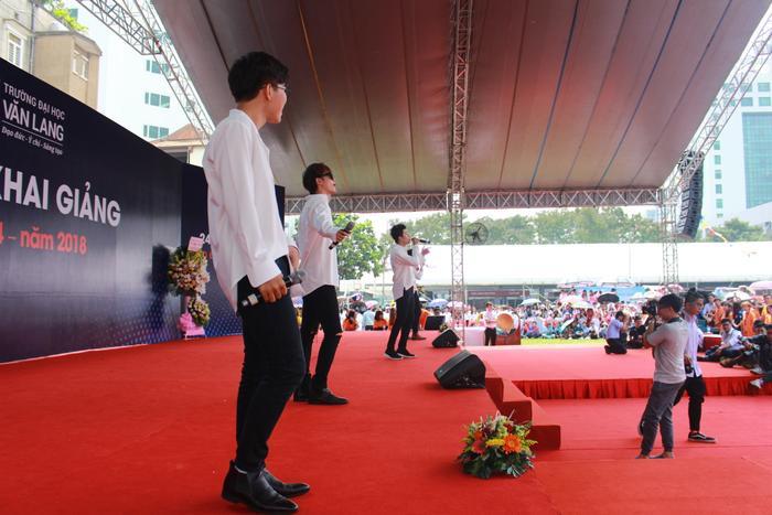 Nhóm nhạc The Wings nhận được rất nhiều sự cổ vũ từ các bạn sinh viên
