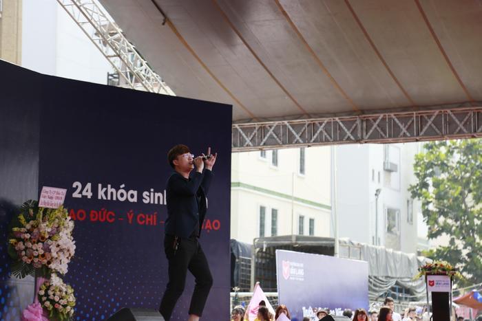 Ca sĩ, nhạc sĩ Sỹ Luân khuấy động thêm không khí tại nơi đây