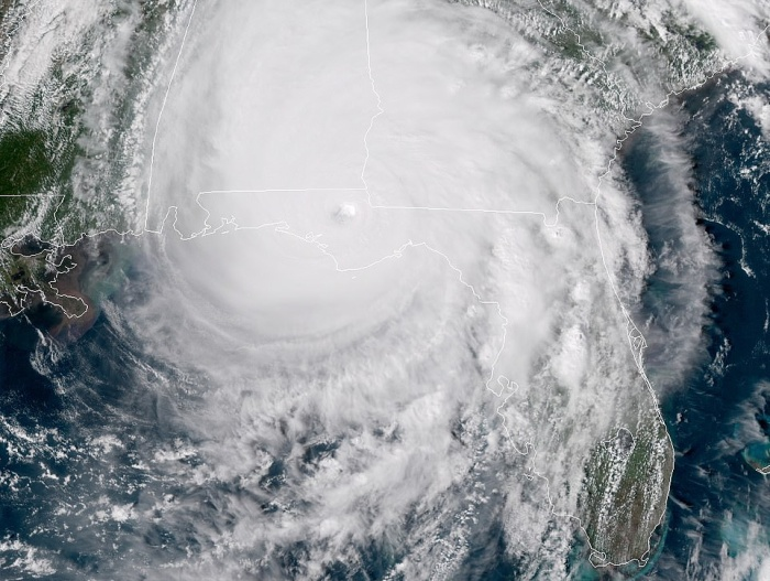 Mắt bão lớn Michael tấn công Mexico Beach, bang Florida vào chiều 10/10 và hoàn lưu bão tới bờ biển giữa Panama City Beach và đảo St. Vincent sớm vài phút so với dự kiến.Michael sau đó quần thảo đất liền khiến các khu phố ngập lụt ngay sau khi di chuyển tới gần Mexico Beach với sức gió của một cơn bão mạnh cấp 4 trong thang đo bão của Mỹ. Đây là cơn bão mạnh nhất đổ bộ lục địa Mỹ kể từ sau cơn bão Andrew năm 1992. Ảnh: Daily Mail