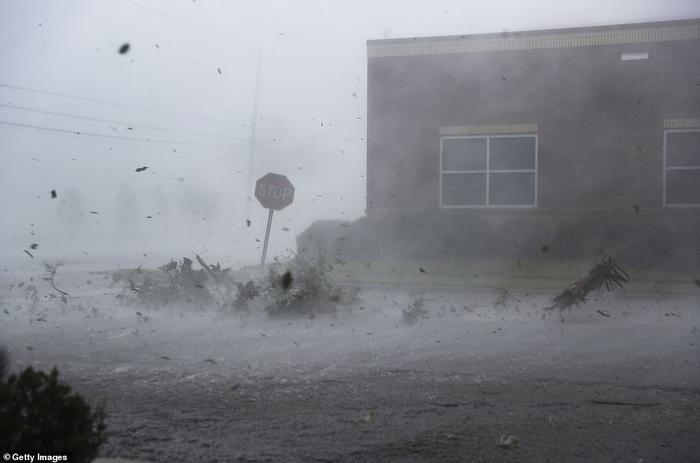 Gió mạnh thổi bay những mảnh vụn, khiến biển báo giao thông ở Panama City nghiêng ngả. Trước khi bão Michael đổ bộ, Tổng thống Mỹ Donald Trump đã ban bố tình trạng khẩn cấp tại bang Florida để sẵn sàng ứng phó với bão Michael, mở đường cho việc huy động ngân quỹ liên bang cho hoạt động cứu trợ và tạo điều kiện để Cơ quan Quản lý khẩn cấp liên bang (FEMA) cung cấp hỗ trợ cần thiết cho những khu vực chịu ảnh hưởng do bão. Ảnh: Getty