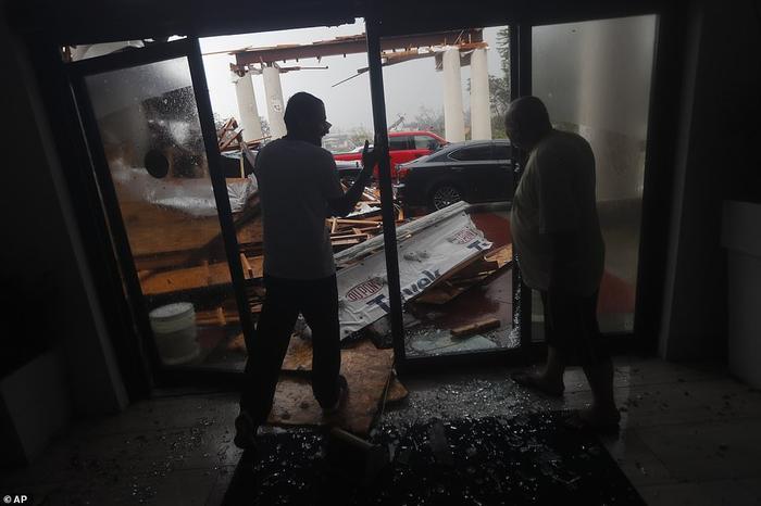 Tính tới hiện tại, một người đàn ông thiệt mạng khi cây đổ vào ngôi nhà gần Greensboro, bang Florida, theo Văn phòng cảnh sát trưởng quận Gadsden. Ảnh: AP