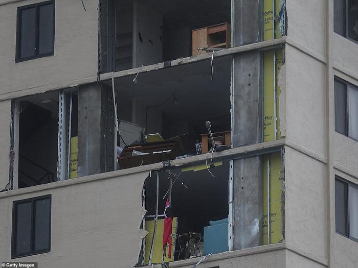 Gió thổi bay cửa sổ nhiều ngôi nhà và văn phòng, trong đó có tòa nhà ngân hàngFirst Federal Bank. Ảnh: Getty