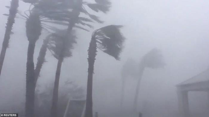 Các nhà chức trách sáng 10/10 nói với những người dân khu vực bị ảnh hưởng dọc bờ biển Vịnh Mexico của Florida rằng họ đã hết thời gian di tản và nên tìm chỗ trú ẩn.Hơn 375.000 người đã được lệnh sơ tán, nhưng giới chức nói nhiều người vẫn chủ quan, đánh giá thấp các cảnh báo. Ảnh: Reuters