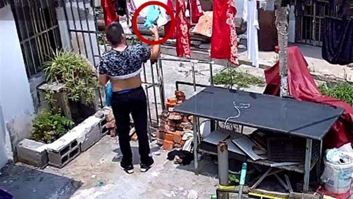 """Camera an ninh quay được cảnh gã đàn ông biến thái """"thó"""" đồ lót phụ nữ. Ảnh: Shanghaiist"""