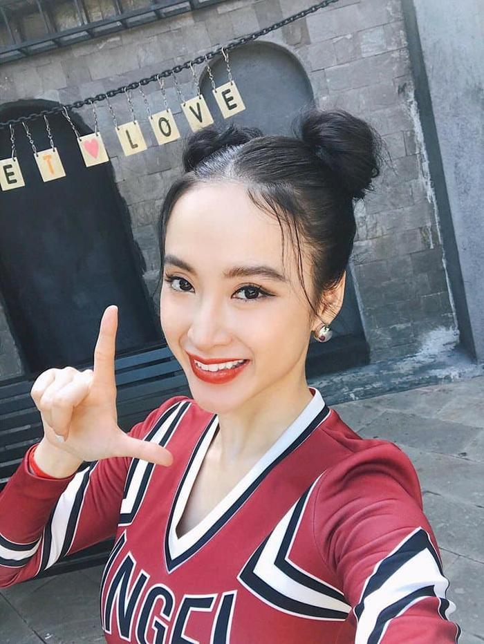 """Cô nàng lắm chiêu Angela Phương Trinh cũng là một trong những số ít sao Việt yêu thích kiểu tóc """"dìm"""" này. Thế nhưng, trông Phương Trinh vẫn vô cùng xinh đẹp."""