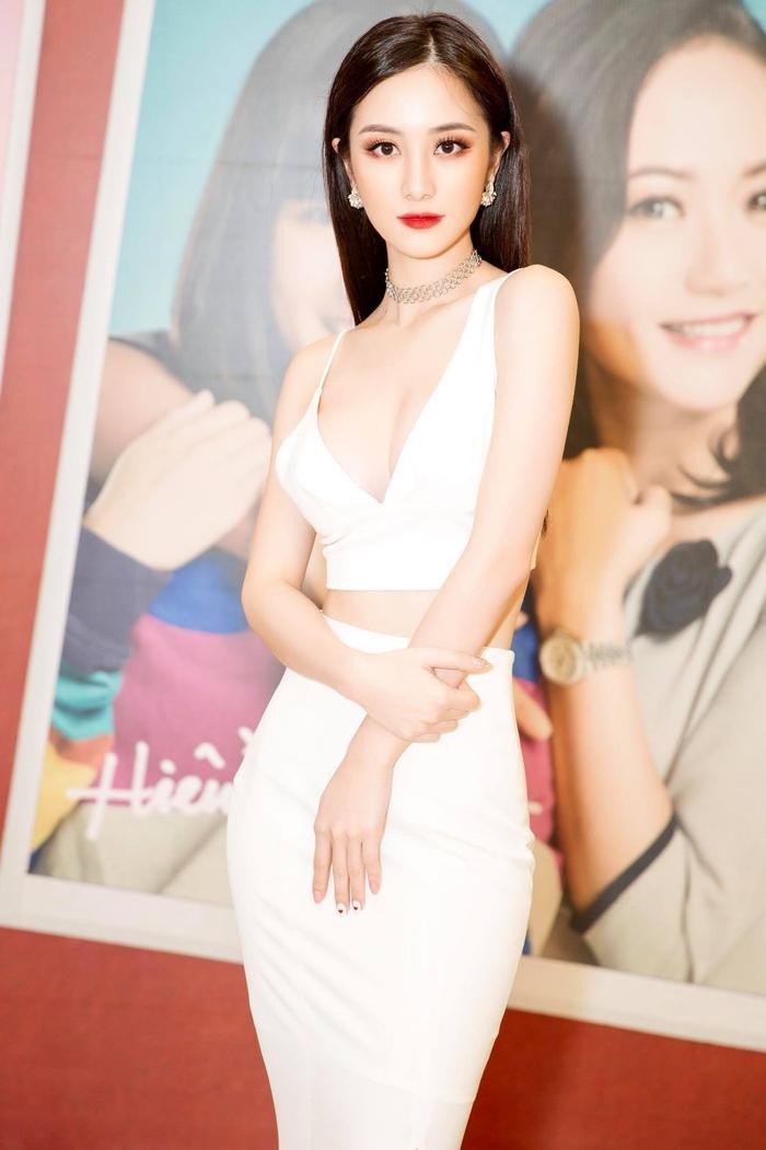 Từ ngày trùng tu vòng 1, Jun Vũ chọn trang phục cũng táo bạo hơn khoe trọn vẻ đẹp hình thể.