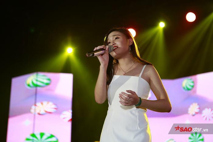 Phương Ly cùng hàng nghìn sinh viên ĐH Hà Nội quẩy hết mình trong đêm Đại nhạc hội chào lính mới ảnh 9
