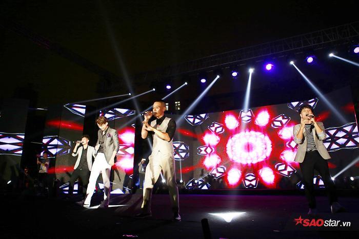 Nhóm nhạc Oplus với 4 nam ca sĩ điển trai, chất giọng nội lực khuấy động bầu không khí