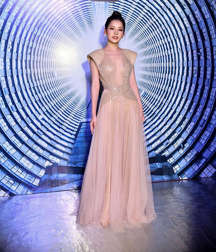 Bên cạnh chất liệu mỏng manh, chiếc váy màu hồng nhạt này còn có đường khoét ngực sâu hút.