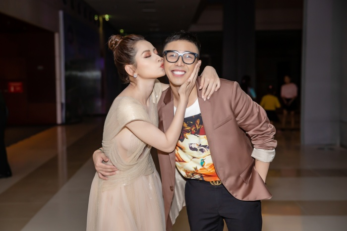 Thậm chí, Chi Pu không ngần ngại trao cho người bạn stylist Hoàng Ku nụ hôn ngọt ngào ngay trên má.